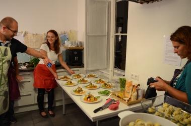 Der Hauptgang: Nudelroulade mit Melanzani und Mangold gefüllt auf gelbem Tomatenragout, Schafskäse